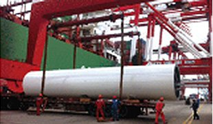 The Port staff hoists the empty containers onto the vessel, and lay the flat rack on the designated space.
